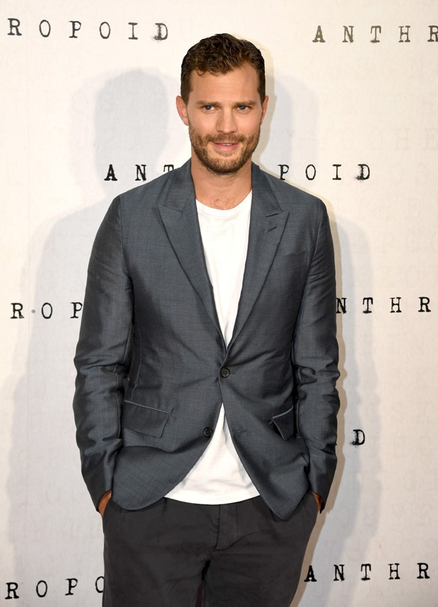 O costume com camisa no visual de Jamie Dornan (Foto: Gareth Cattermole/Getty Images)
