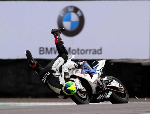 Acidente de Alexandre Barros durante treino livre do Brasileiro de Motovelocidade em Interlagos (Foto: Vanderley Soares / divulgação)