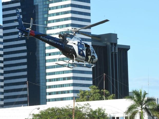 Policiais são retirados de helicóptero dos batalhões no Espírito Santo (Foto: Fred Loureiro/Secom-ES)