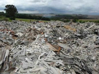 Telhas de amianto estão depositadas provisoriamente em terreno (Foto: MP-PR / Divulgação)