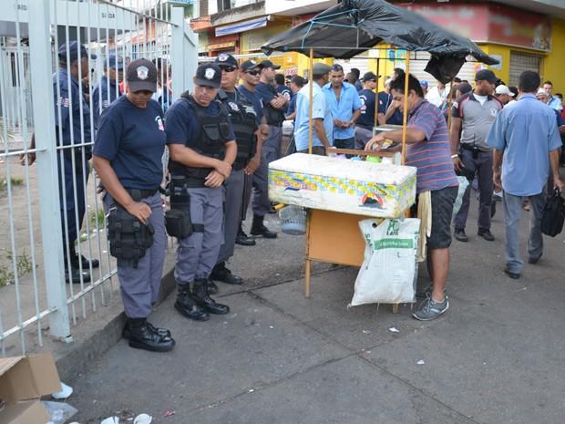 Vendedores ambulantes reclamam da falta de informação sobre o local onde vão ficar  (Foto: Walter Paparazzo/G1)