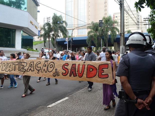 Grupo realiza protesto após Câmara Municipal aprovar, em duas sessões extraordinárias, projeto de lei das OSs em Campinas (Foto: Fernando Pacífico / G1)