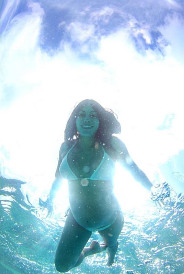 Carol Castro nada em Fernando de Noronha (Foto: Reprodução/Instagram)