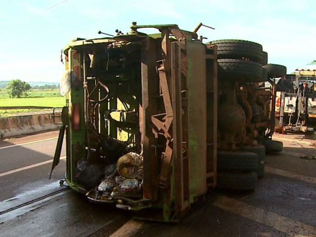 Caminhão de lixo tomba em Ribeirão Preto, SP (Foto: Maurício Glauco/EPTV)