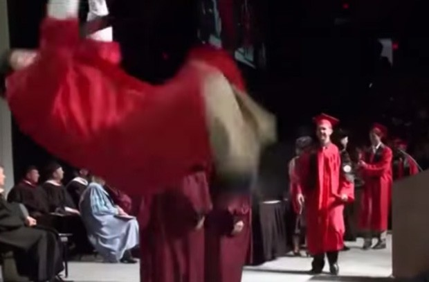 Aluno foi 'se mostrar' ao dar salto mortal após receber diploma e acabou caindo de cara no palco (Foto: Reprodução/YouTube/Mark Fay)