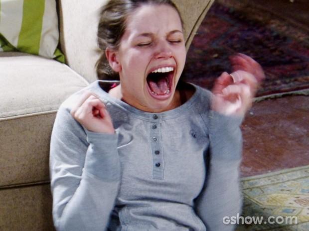 Linda fica transtornada com a atitude de Neide (Foto: Amor à Vida/TV Globo)
