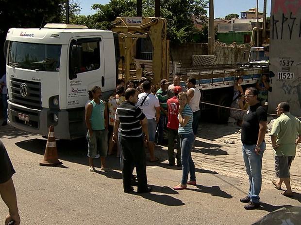 Veículo esbarrou no muro, que caiu sobe a mulher de 22 anos, em Belo Horizonte.  (Foto: Reprodução/TV Globo)