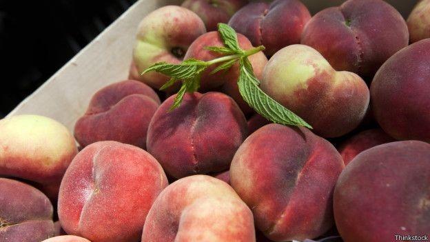 Frutas menos comuns, como pêssego, foram oferecidas a crianças em Portugal (Foto: Thinkstock/BBC)
