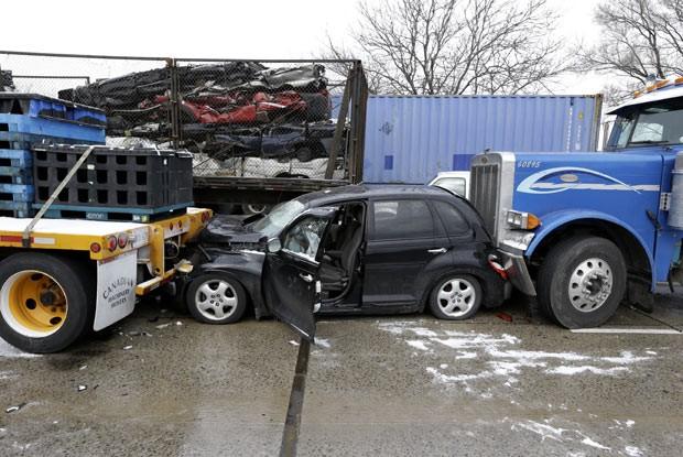 Carros envolvidos em engavetamento nesta quinta-feira (31) na rodovia Interestadual 75, em Detroit, no estado americano de Michigan (Foto: AP)