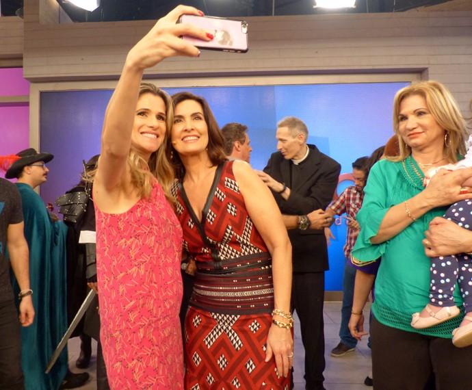 Ingrid Guimarães não resiste e tira uma selfie com a apresentadora (Foto: Carolina Berger/Gshow)