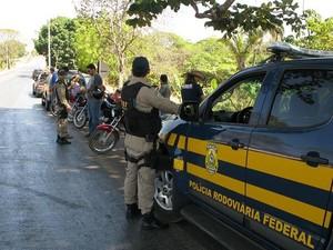 Polícia Rodoviária Federal (PRF) flagra 29 motoristas sem carteira de habilitação na BR-070, em Jussara, goiás (Foto: Divulgação/PRF)