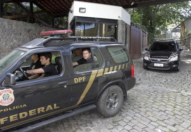 Agentes da Polícia Federal prendem o empresário Miguel Skin, um dos envolvidos no esquema de fraude de próteses investigado pela Operação Fatura Exposta (Foto: Pedro Teixeira/Agência O Globo)