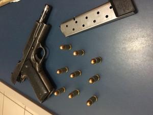 Arma de uso restrito apreendida com um dos autores (Foto: Polícia Militar/Divulgação)
