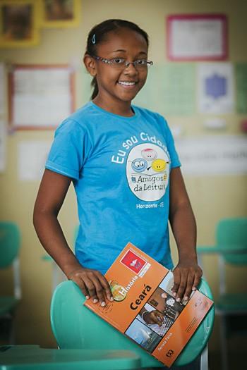 O PODER DAS LETRAS Mayra Alves da Silva na sua escola, em Horizonte, Ceará. As notas melhoraram depois que ela adquiriu o hábito da leitura (Foto: Jarbas Oliveira/ÉPOCA)
