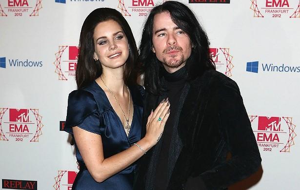 Lana Del Rey revelou em junho que havia terminado com Barrie-James O'Neill, guitarrista da banda escocesa Kassidy. Eles estavam juntos desde meados de 2013. (Foto: Getty Images)