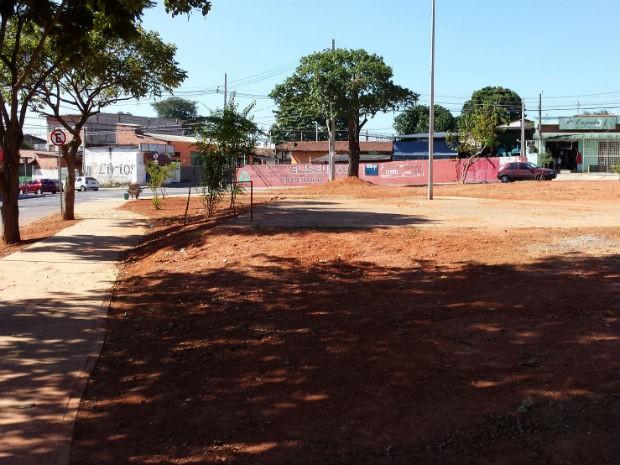 Segundo moradores, espaço nunca recebeu infraestrutura de uma praça (Foto: Cláudio Rosttelato)