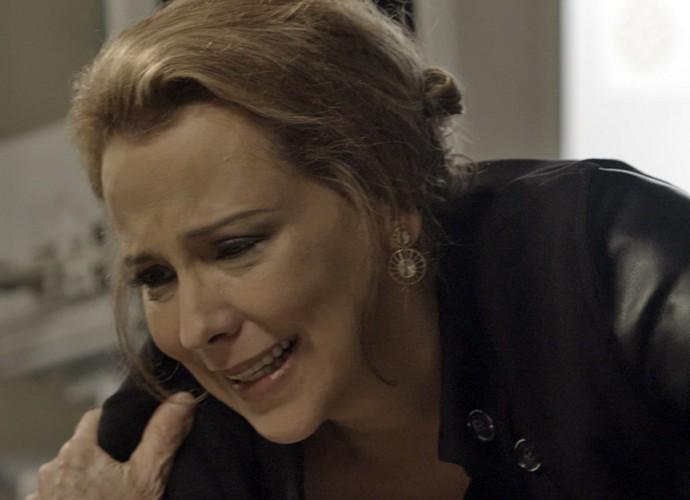 Emília fica emocionada com as palavras do pai  (Foto: TV Globo)