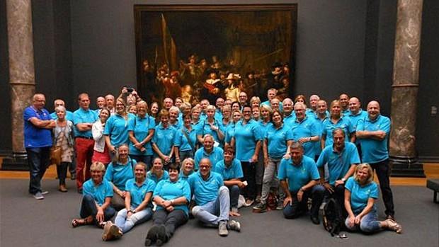 Alguns dos voluntários da ONG no Rijksmuseum, de Amsterdã  (Foto: Stichting Ambulance Wens)