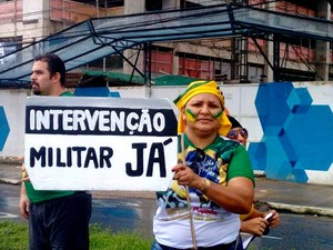 Em Belém, manifestante carrega cartaz de apoio à volta da ditadura e da intervenção militar. Ato, que reuniu cerca de 20 mil pessoas, terminou por volta das 12h30, depois de chuva. (Foto: Alexandre Yuri/G1)