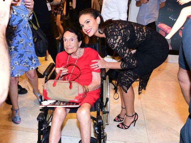 Bruna Marquezine posa com fã (Foto: Leo Franco / AgNews)