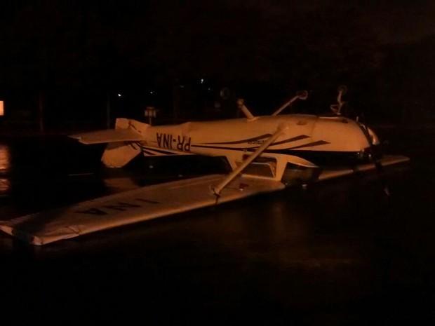 Avião ficou de cabeça para baixo após chuvas (Foto: Reprodução/TV TEM)