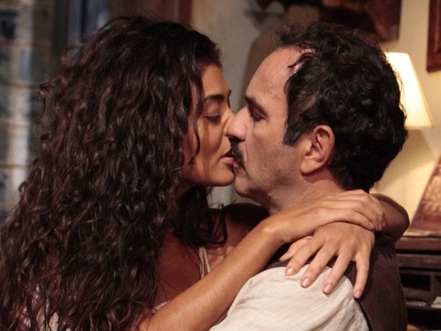 Gabriela e Nacib se beijam (Foto: Gabriela / TV Globo)