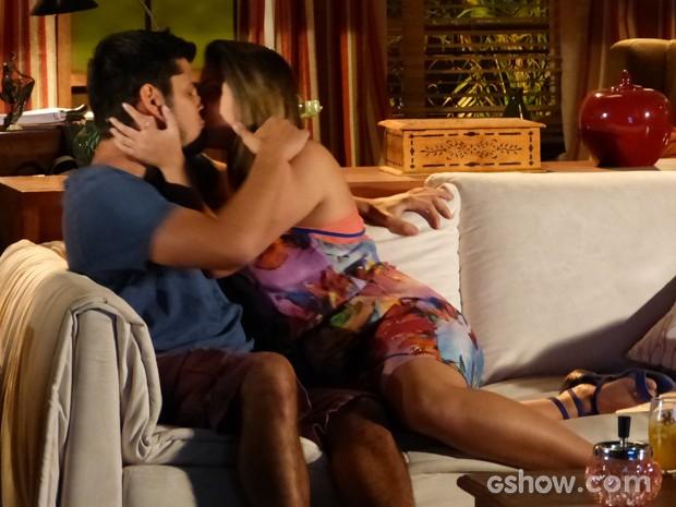 Os dois ficam embalados em um lindo beijo (Foto: Em Família / TV Globo)