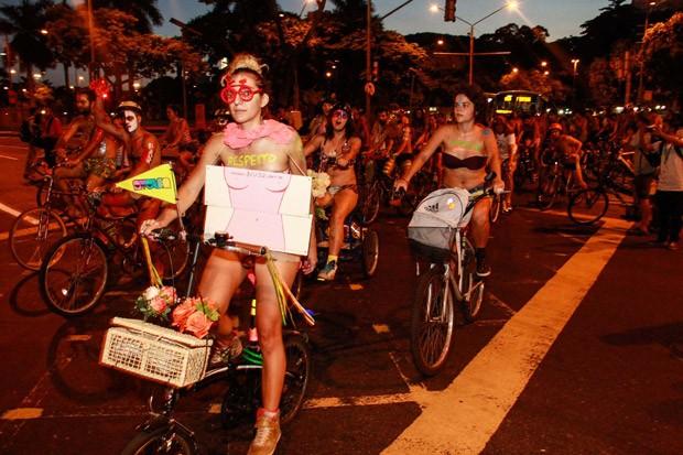 Ciclistas seminus e com os corpos pintados realizam 'Pedalada Pelada' em protesto na região da Praça Floriano, no Rio de Janeiro. (Foto: Edson Taciano/Futura Press/Estadão Conteúdo)