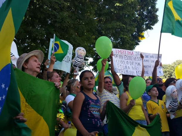 Manifestantes contam Hino Nacional em ato a favor do impeachment de Dilma em Piracicaba (Foto: Thainara Cabral/ G1)