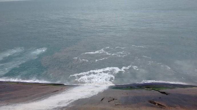 Esgoto é despejado em São Conrado após tubulação estourar (Foto: Marcello Farias)