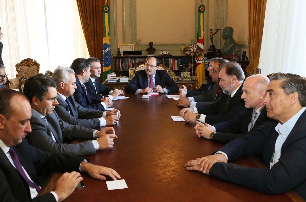Reunião entre representantes de poderes definiu congelamento de salários de servidores em 2018 (Foto: Luiz Chaves/Palácio Piratini)