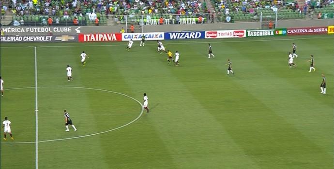 Bola rolando para América-MG x Vitória (Foto: Reprodução/Premiere)