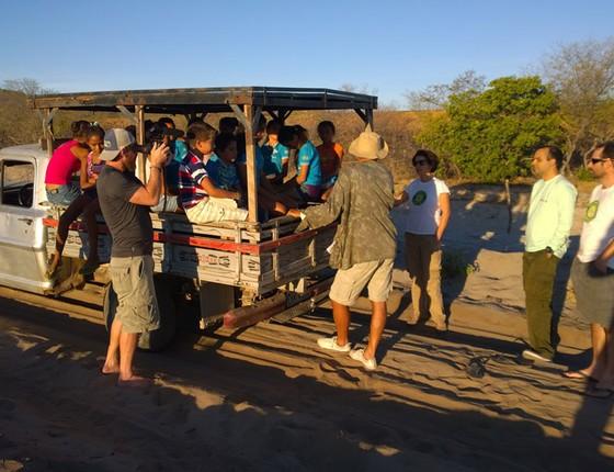 Pesquisadores conversam com crianças em um pau-de-arara, antes de elas irem para a escola (Foto: Samuel Portela)