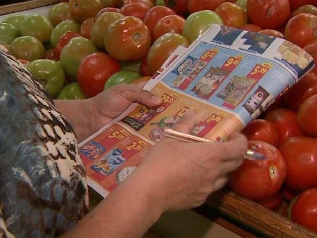 Professora só vai ao supermercado com lista de promoções nas mãos (Foto: Reprodução/EPTV)