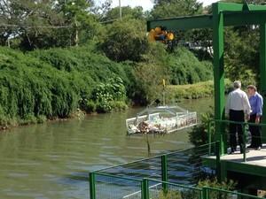 Estrutura construída em Porto Alegre pretende evitar ida de lixo ao Guaíba (Foto: Roberta Salinet/RBS TV)