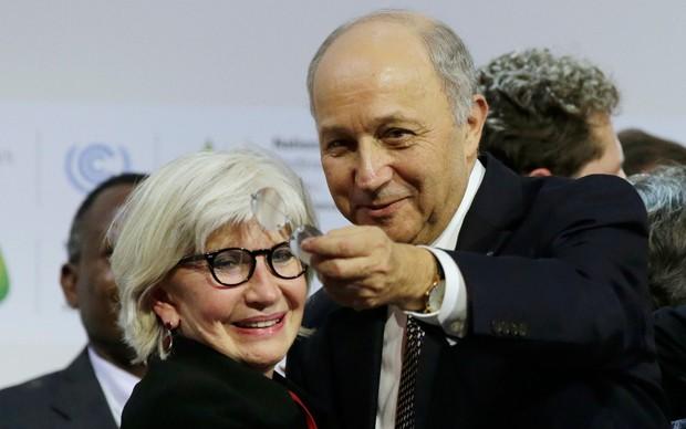 Laurence Tubiana, principal negociadora da França, ao lado do presidente da COP 21, Laurent Fabius, neste sábado