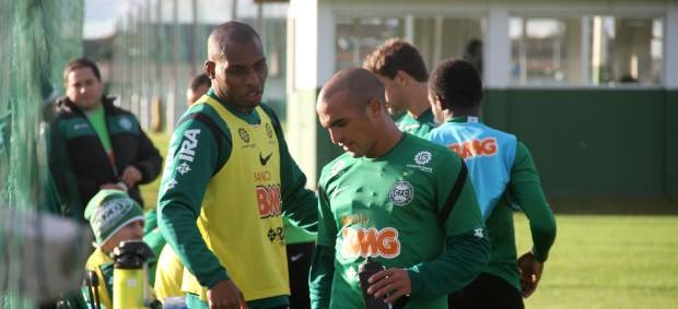 Luccas Claro e Gil conversam durante o treino do Coritiba (Foto: Gabriel Hamilko / GloboEsporte.com)