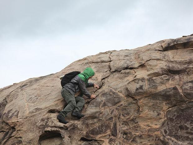 Zac escala o topo da ilha (Foto: Parker TV)