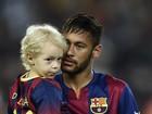 Neymar entra com o filho, Davi Lucca, em jogo do qual saiu derrotado