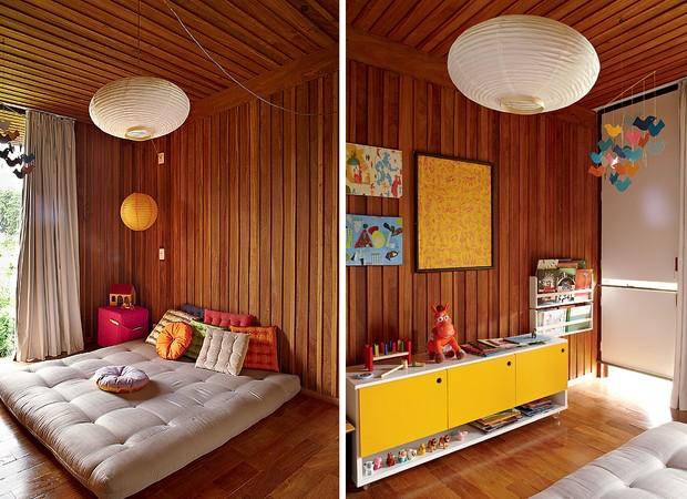 No quarto de Raul, o casal optou pelo futon no lugar do berço. Zabutons, da Futon Company. Na lateral, luminária de papel-arroz laranja e cubo de espuma, da Tok & Stok. Da mesma loja é o móvel que fica do outro lado do quarto (à dir.). Porta-livros da Mad (Foto: Victor Affaro)
