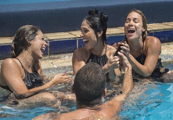 Lexa, Bella Falconi e Maíra Charken (da esquerda para direita) se divertem com Pedro Scooby (de costas) na piscina! (Foto: Maurício Fidalgo/TV Globo)