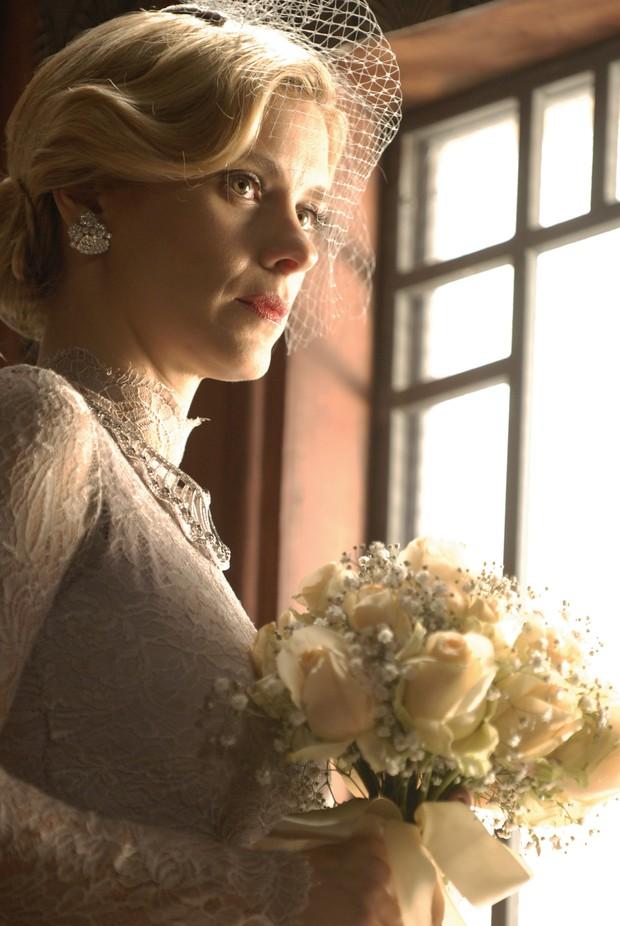 Persoangem Iolanda (Carolina Dieckmann) apostou em boca forte em seu casamento na novvela Joia Rara  (Foto: TV Globo/Divulgação)