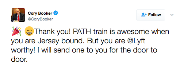 A troca de flertes entre Mindy Calling e o senador Cory Booker (Foto: Twitter)