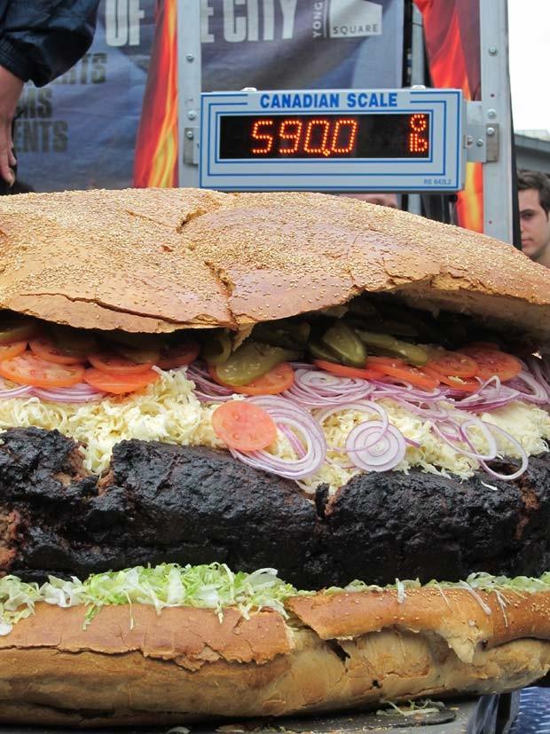 Hambúrguer pesa 267,6 quilos. (Foto: Patrick Dell/AP)