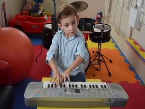 Pedrinho se diverte no teclado (Foto: Marina Fontenele/G1)