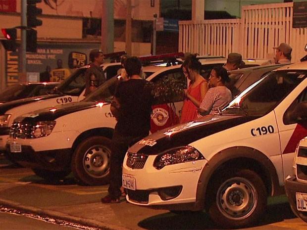 Policiais, vítimas e flagrantes aguardam em fila para registrar os casos de crime no 1° Distrito Policial em Campinas (Foto: Márcio Silveira/ EPTV)