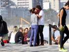 Humberto Carrão beija muito em passeio pela orla do Leblon, no Rio
