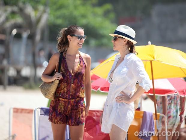 Milena Toscano e Larissa Bracher conversam na areia (Foto: Pedro Curi / TV Globo)