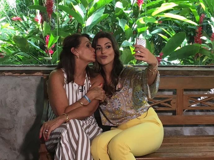 Hora da selfie! Ieda posa com Vivian nos bastidores do Mais Você (Foto: Juliana Hippertt / Gshow)