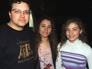 Pai, mãe e filha reunidos após o show em Gramado (Foto: Caetanno Freitas/G1)